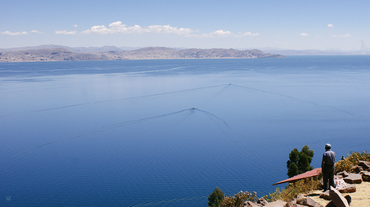 photogeaphy of a Man looking at the Lake Titicaca on Isla del Sol peru