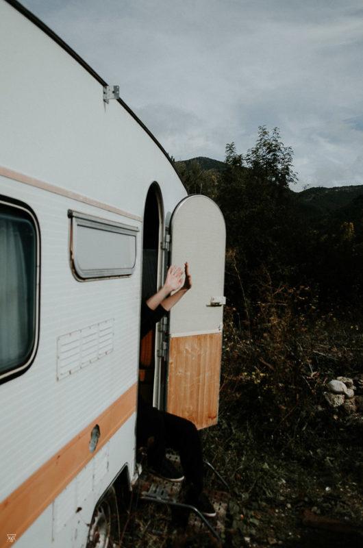 photographe artiste sortant les mains d'une caravane