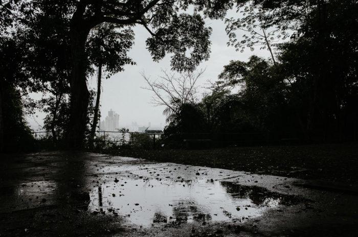 flaque eau apres pluie vue ville panama