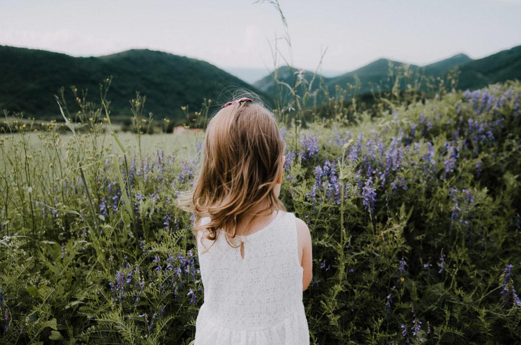 Petite fille fleurs sauvages session shooting famille Drôme