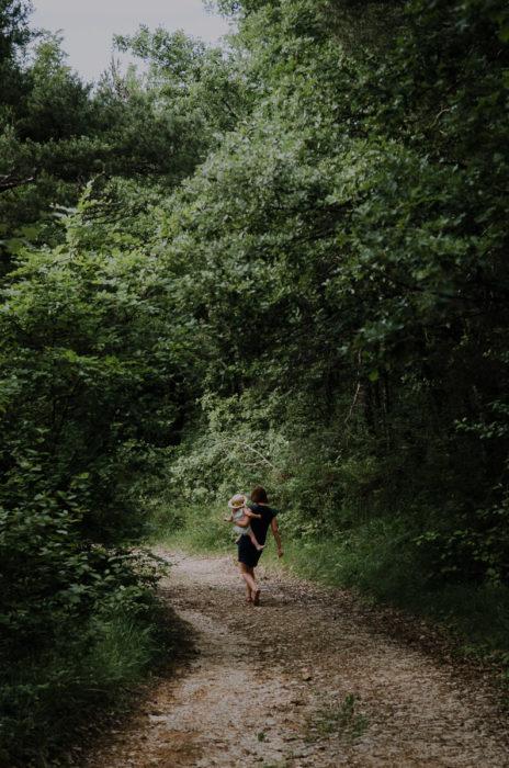 Mère fille marchant chemin forêt Drôme