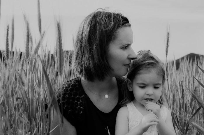 Photo noir et blanc Mère fille champ blé Drôme