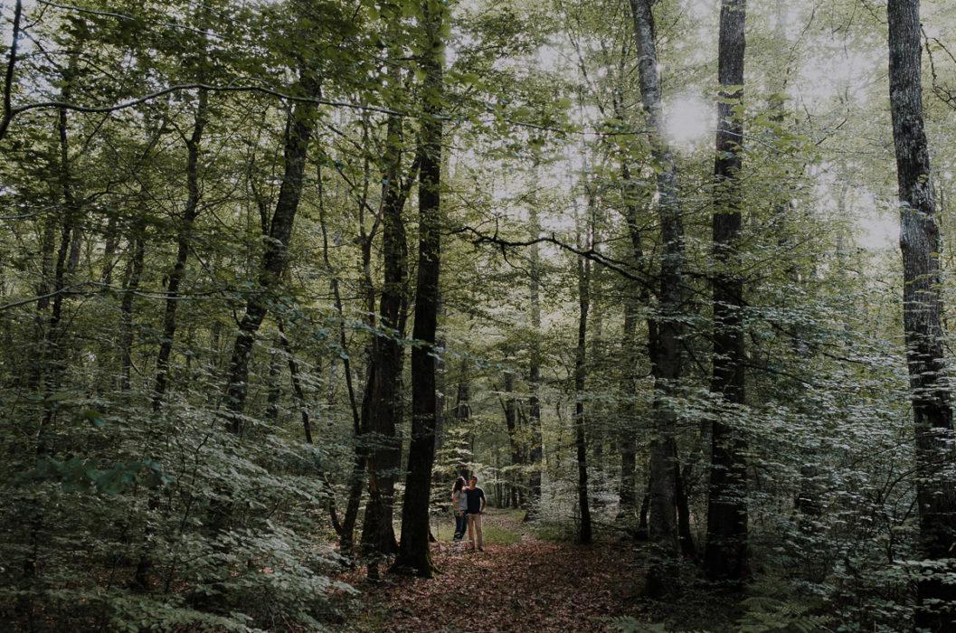 couple au milieu d'arbres dans la forêt de Tronçais