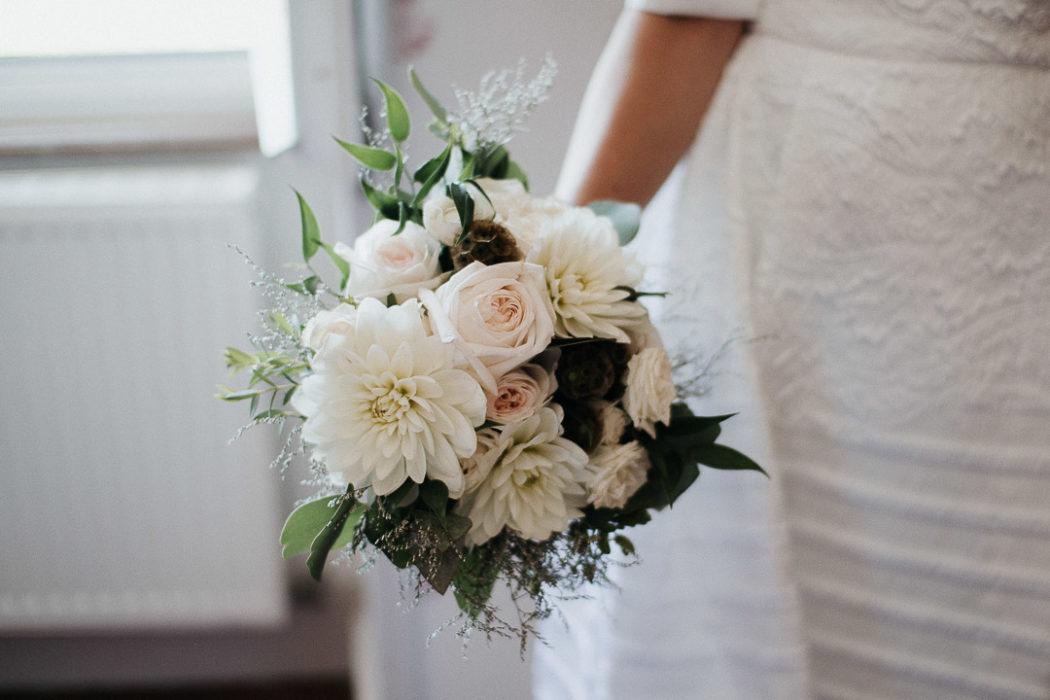 bride holdin flowers soft light milie del