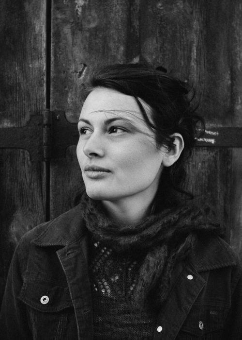 portrait en noir et blanc Manon Gilbert cheveux au vent porte en bois massif