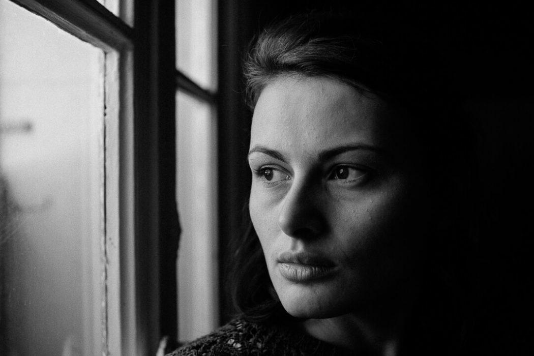 portrait en noir et blanc regarde par la fenêtre Manon Gilbert