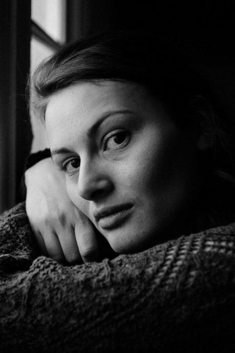 portrait en noir et blanc visage mode de Manon Gilbert