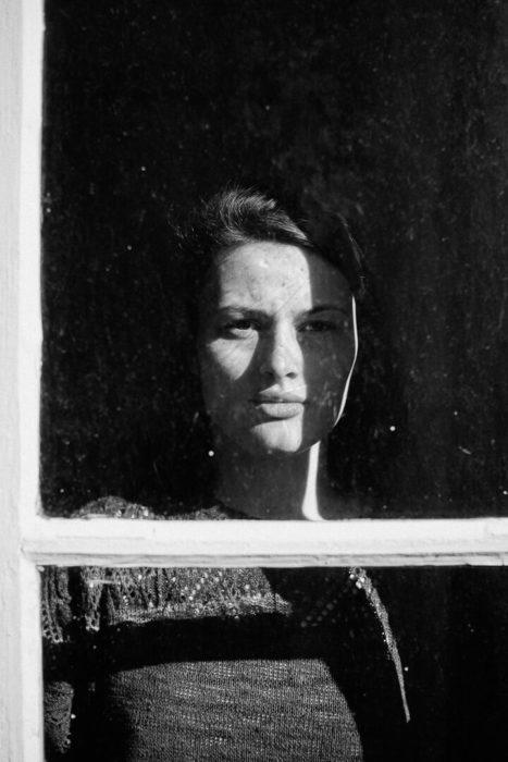 portrait en noir et blanc ombres et lumières de Manon Gilbert